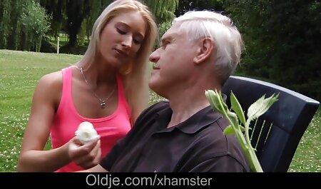 Posh Lady of the kostenloseerotikfilme Manor schlägt Sklave mit Jagdernte